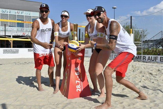 Gleich vier Österreicher-Duos schlagen am Eröffnungstag bei der Beachvolleyball WM in Wien auf.