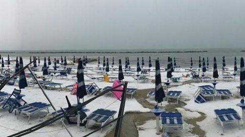 Wetterextreme: Starker Hagel färbt Italiens Strände weiß