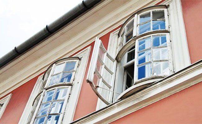 Der kleine Bub, der in Wien-Hernals aus dem Fenster stürzte, befindet sich auf dem Weg der Besserung.