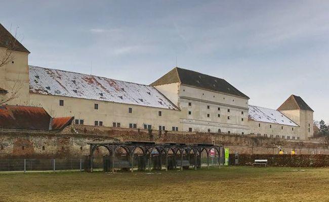 Im Schloss Neugebäude werden Führungen angeboten.