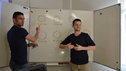 Gehörlose Flüchtlinge lernen in Wien erstmals Gebärdensprache
