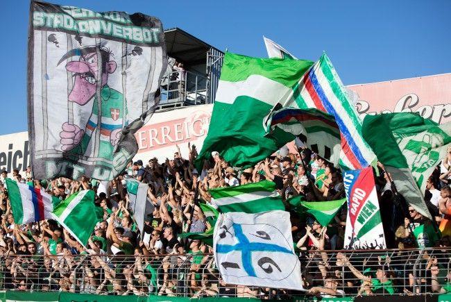 Rapid-Fans warfen beim 322. Wiener Derby Gegenstände von der Tribüne.