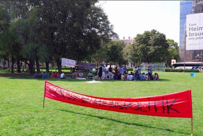 Afghanen und Unterstützer demonstrieren weiter im Wiener Votivpark.
