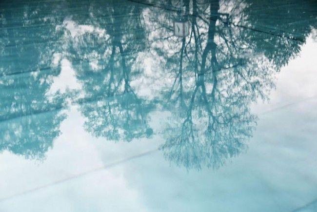 So blau ist das Wasser im Akademiebad momentan nicht. Das Wasser ist grau verfärbt.