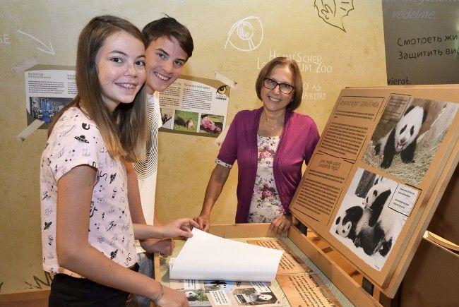 Tiergartendirektorin Dagmar Schratter zeigt Kindern die Artenschutztage-Ausstellung