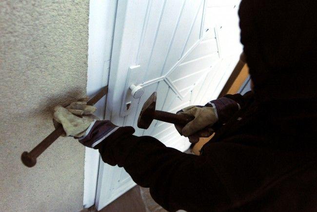 Einbrecher wenden Tricks wie den Glaswassertrick an, um in eine Wohnung zu gelangen.