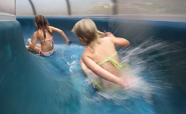 Eine Zehnjährige wurde bei der Wasserrutsche im Hütteldorfer Bad sexuell belästigt.