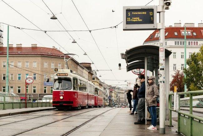 Durch den Einsturz der Wand wurde die Wiener Straßenbahnlinie 5 blockiert.