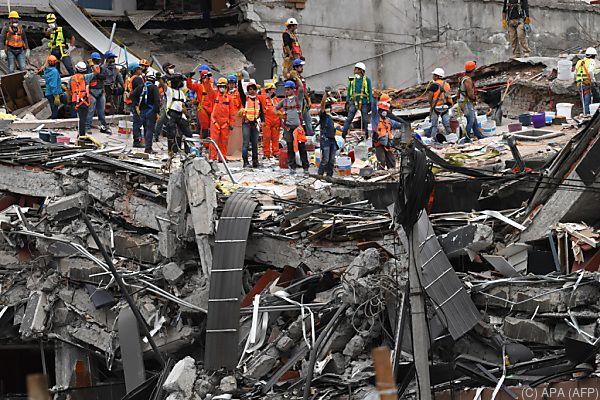 Aufräumarbeiten nach dem Beben vom Dienstag