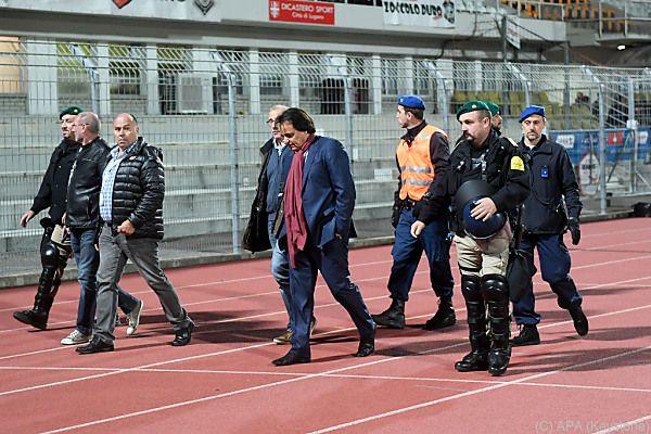 Christian Chonstantin wird nach Vorfall vom Spielfeld eskortiert