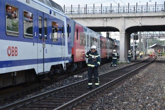 In Sichtweite des Wiener Bahnhofes Liesing ist eine Oberleitung gerissen.