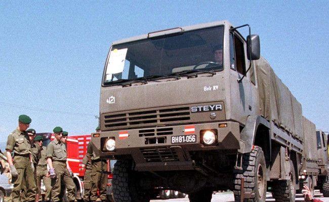 Viele Bundesheer-Fahrzeuge werden am Mittwoch in Vösendorf bei Wien versteigert.