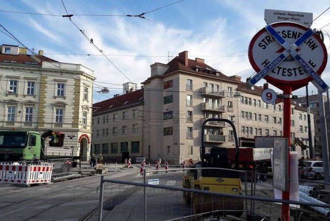 Aufgelassene Haltestellen, nach wie vor Großbaustelle: So sieht es am Johann-Nepomuk-Berger-Platz aus