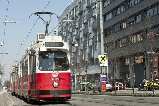 Eine Frau wurde von einer Straßenbahn der Linie 67 erfasst