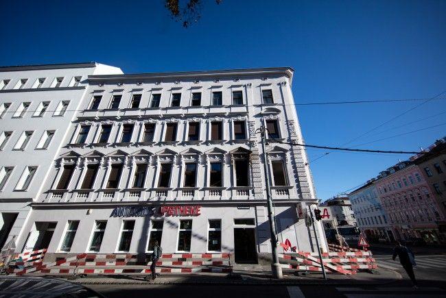 Das Wohnhaus mit der beschädigten Fensterreihe im ersten Stock