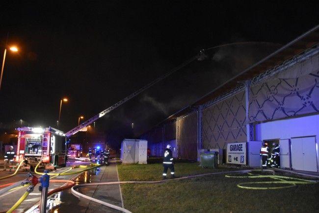 Bei den Löscharbeiten beim Brand der denkmalgeschützten Marx-Halle