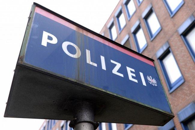 Im Haus der Wiener Polizei wollten zwei Pesonen in ein Fahrzeug einbrechen.