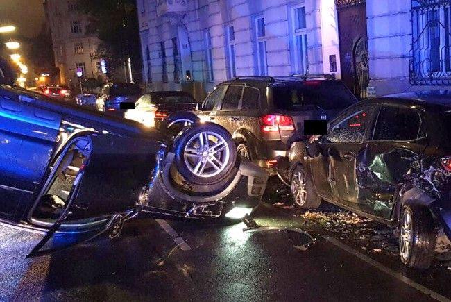 Einen spektakulären Unfall gab es Samstagfrüh in Wien-Alsergrund.