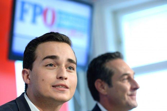 Jugendkandidat Maximilian Krauss fährt im FPÖ-Wohnwagen durch Wien