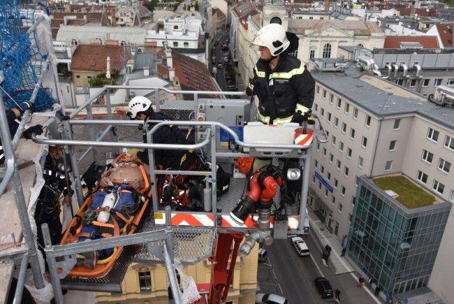 Ein 53-Jähriger musste in 37 Metern Höhe reanimiert werden