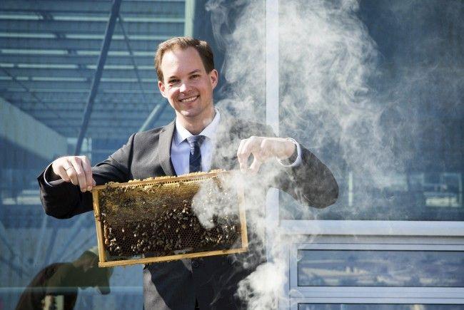 Matthias Franta, Center Manager des Donau Zentrums, und die Bienen
