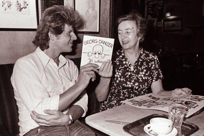 Georg Danzer übergibt Frau Josefine Hawelka die Single Jö schau, 1975