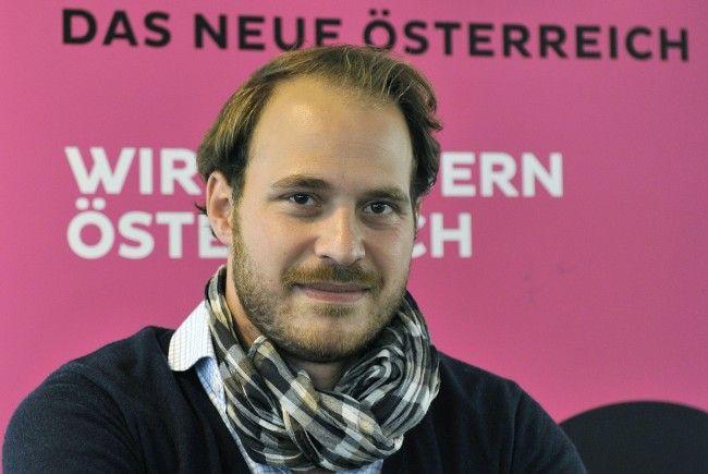 NEOS-Vizeklubchef Nikolaus Scherak kritisiert die Regierung