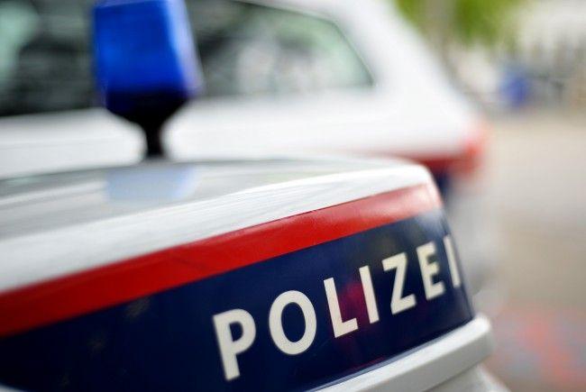 Die Polizei untersucht den verdächtigen Gegenstand im Supermarkt in Wien-Neubau.