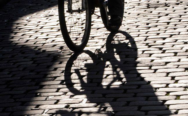 Ein Radfahrer stieß in Wien-Floridsdorf gegen eine Lkw-Türe.