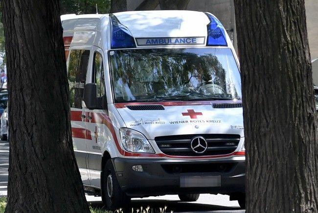 Der verletzte Lenker wurde vor Ort erstversorgt.
