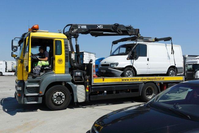 Das ausgestellte Schlepperfahrzeug beim Abtransport.
