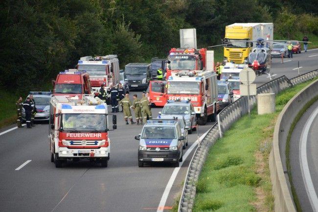 Die Spurenauswertung nach dem Unfall auf der A21 dauerte an.