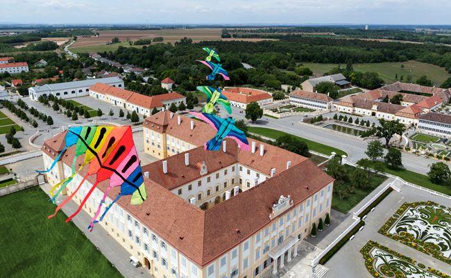 Am Wochenende färben Drachen den Himmel über Schloss Hof bunt.