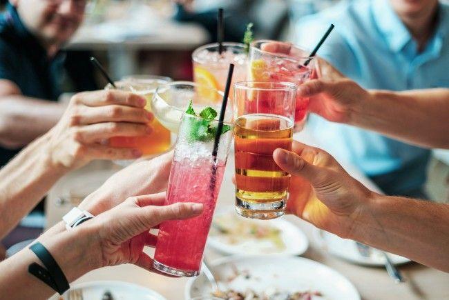 Studenten, die gemeinsam gerne etwas trinken gehen sind erfolgreicher im Studium.