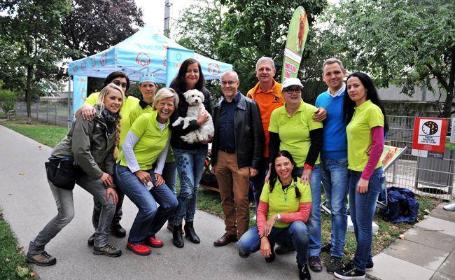 """Ulli Sima und Harald Troch (Mitte) mit dem Team HUNDE.GLÜCK und Partnern der Kampagne """"Hundefreundliches Wien""""."""