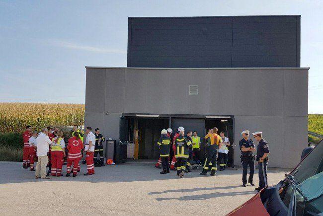 insatzkräfte bei einem Tunnel-Notausstieg im Rahmen der Evakuierung von etwa 300 Passagieren