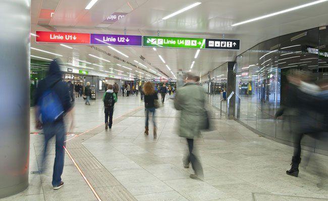 In der U-Bahn-Station Karlsplatz kam es zu einem Raub und einer Rauferei
