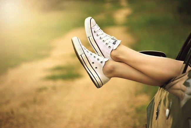Auch mit flachen Schuhen lassen sich wichtige Zentimeter erschummeln.