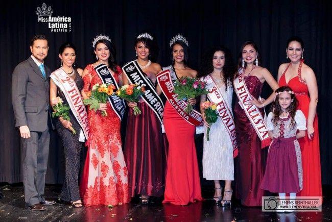 """Die Gewinnerinnen der diversen Kategorien und die Organisatoren der """"Miss América Latina Austria""""-Wahl 2017."""