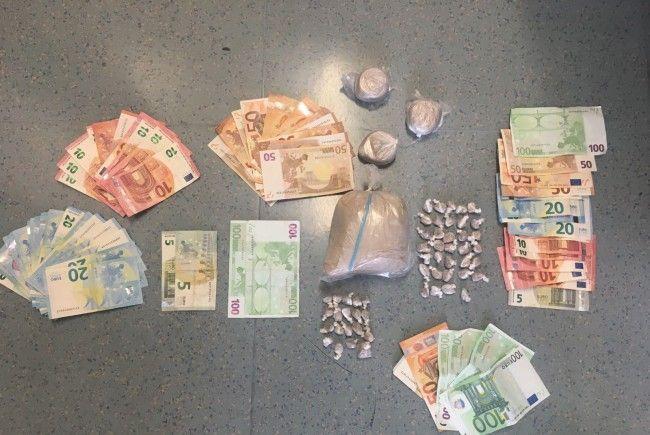 """Die in der """"Bunkerwohnung"""" sichergestellten Drogen und Bargeld."""