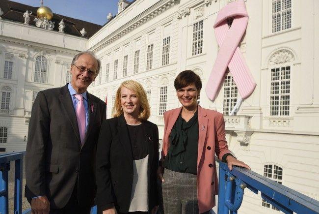 (v.l.) Präsident der Krebshilfe Paul Sevelda, Nationalratspräsidentin Doris Bures (SPÖ) und Gesundheitsministerin Pamela Rendi-Wagner (SPÖ) vor dem Pink Ribbon