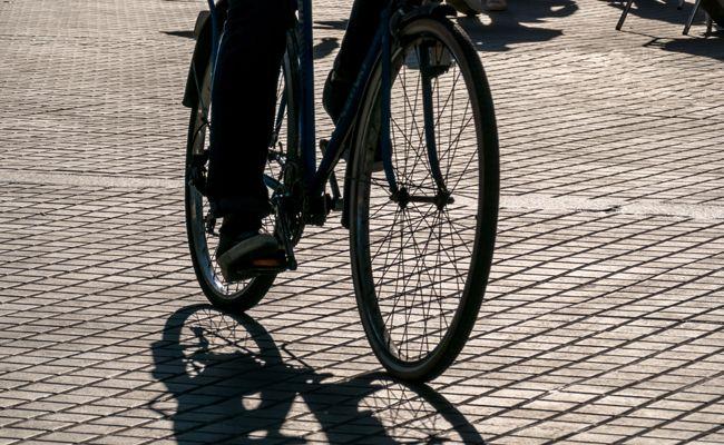 Ein Radfahrer kolliderte in Wien-Donaustadt mit einer offenen Fahrzeugtür..