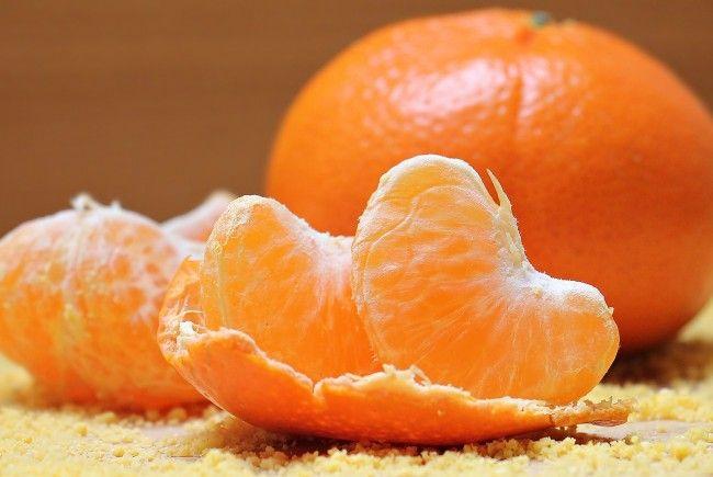 Mädchen ist pestizidüberladene Mandarine und stirbt