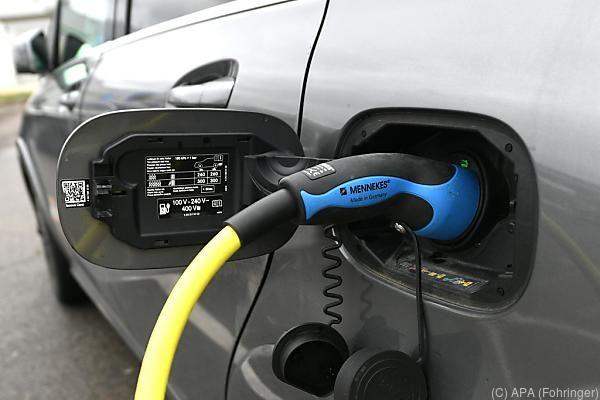 Mehr Ladestationen sollen zum Umstieg auf E-Autos anregen
