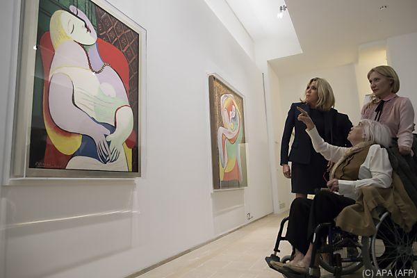 Auch Brigitte Macron besuchte die Ausstellung in Paris