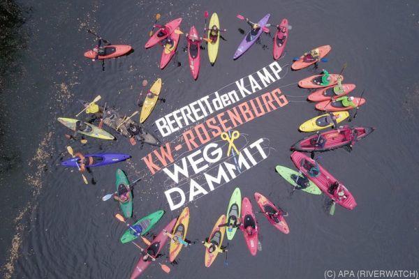 Die Kajakfahrer formierten sich um den schwimmenden Slogan