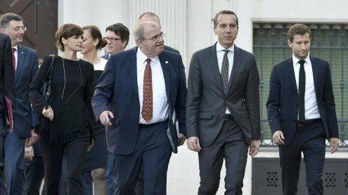 Regierung trat zurück: Marsch über den Wiener Ballhausplatz