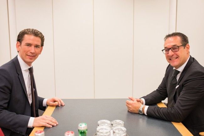 ÖVP-Bundesparteiobmann Sebastian Kurz (l.) und FPÖ-Chef Heinz-Christian Strache am Samstag beim Gespräch
