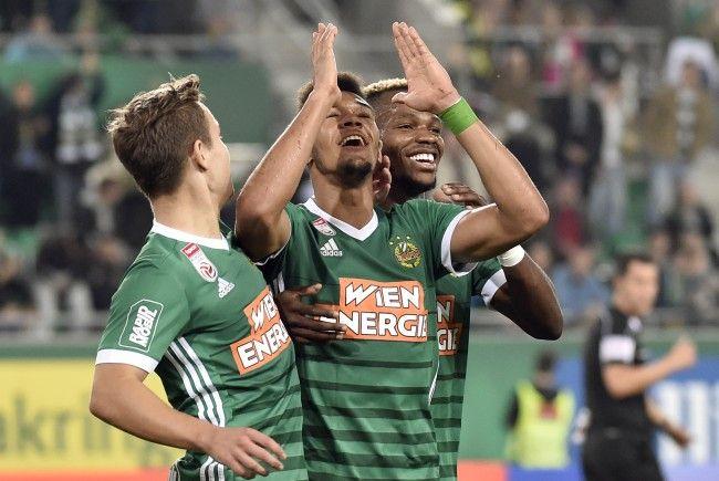 Rapids Joelinton und Co. feiern den 1:0-Sieg über den SKN St. Pölten.