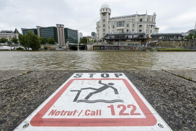 Bei einer Rauferei in der Wiener Innenstadt stürzte ein 19-Jähriger in den Donaukanal.